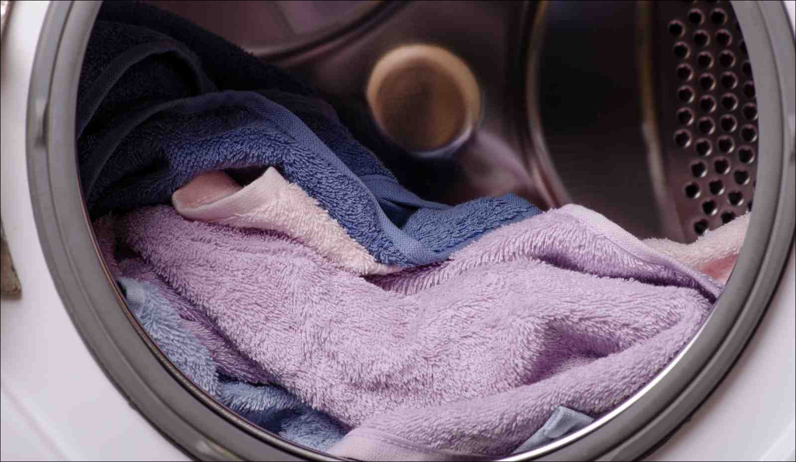 Washing machine drum with towels