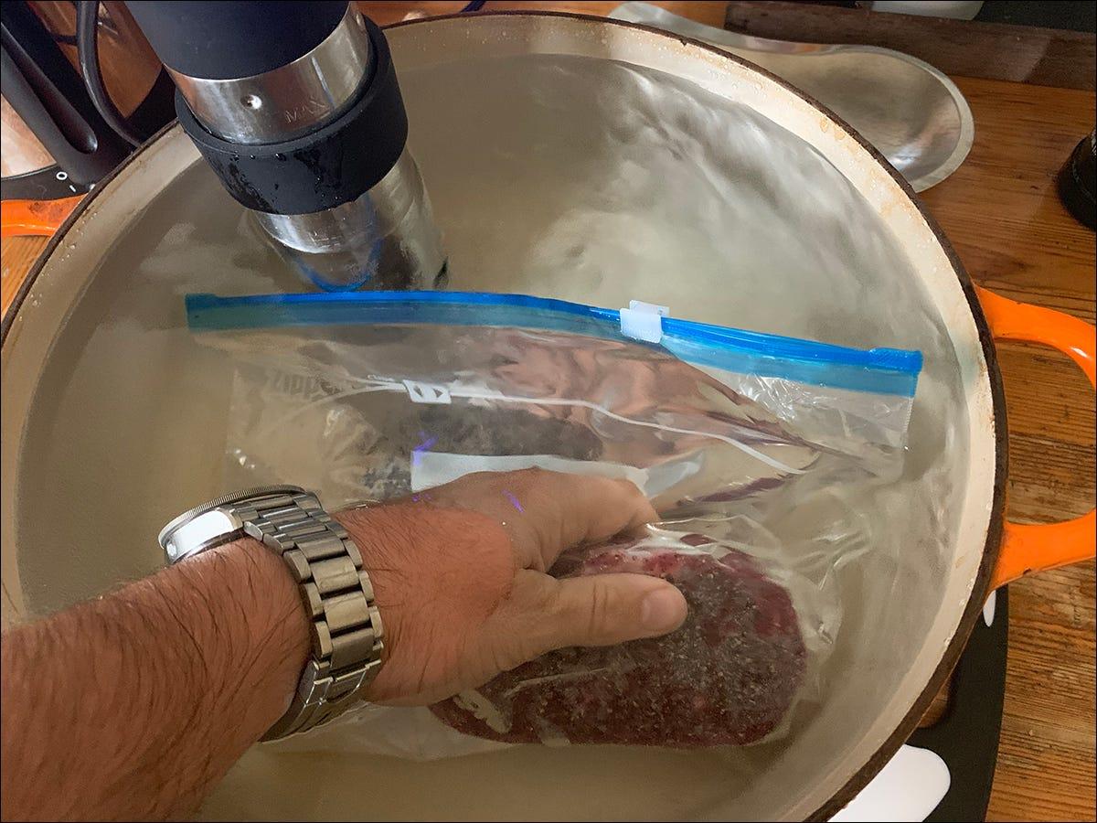 Sealing bag