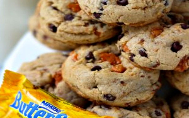 A plate of cookies made with butterfingers.