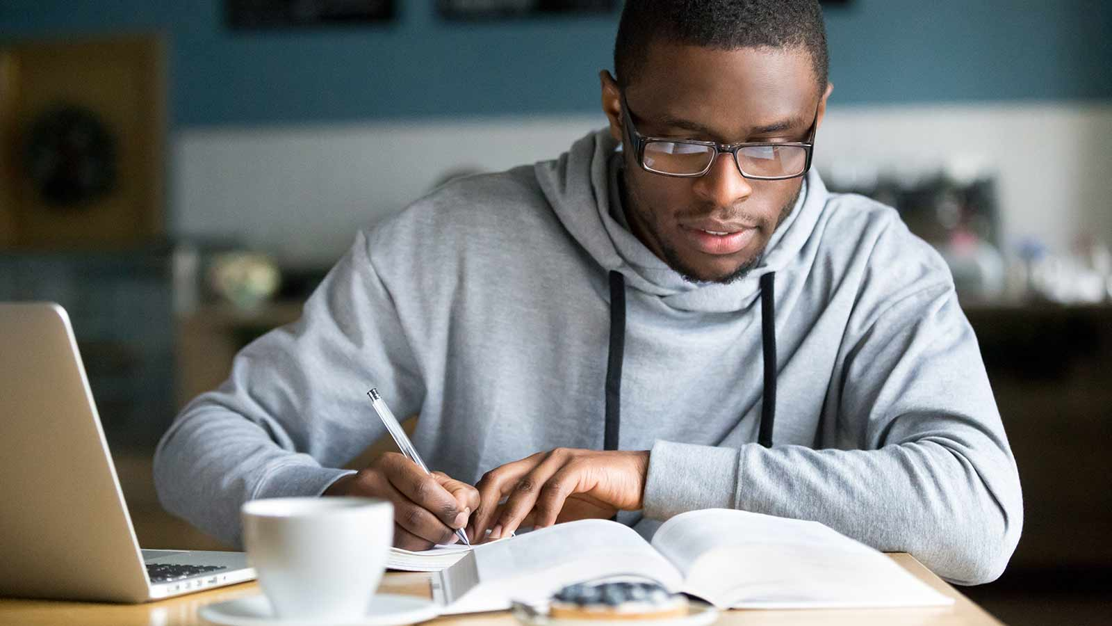 A young man studying and achieving his goals thanks to good planning and an excellent checklist.