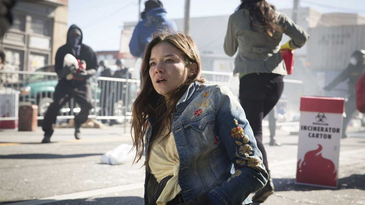 Scene from the TV show Containment showing chaos on the city streets.