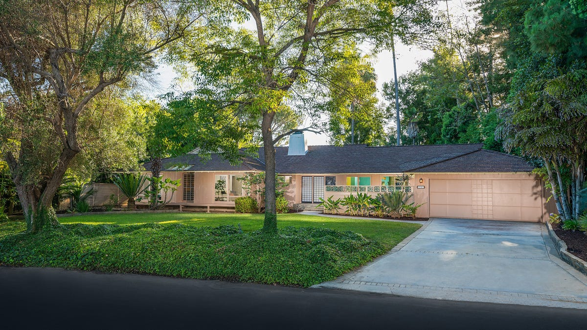 The home where the Golden Girls was filmed is for sale.