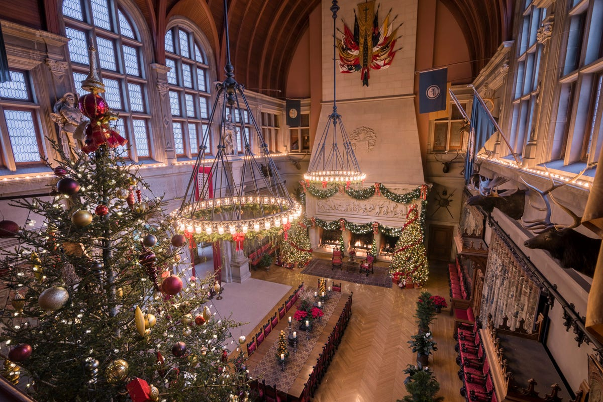 A huge Christmas tree in the large dining hall at the Biltmore Estate.
