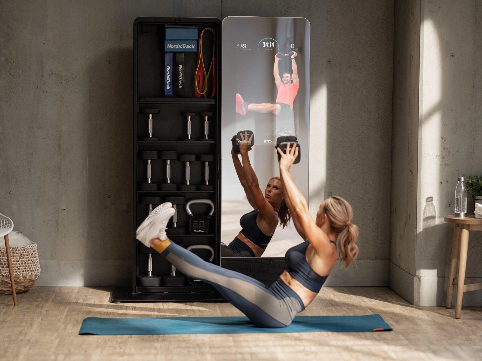 Женщина тренируется дома перед многофункциональной фитнес-системой NordicTrack Vault.