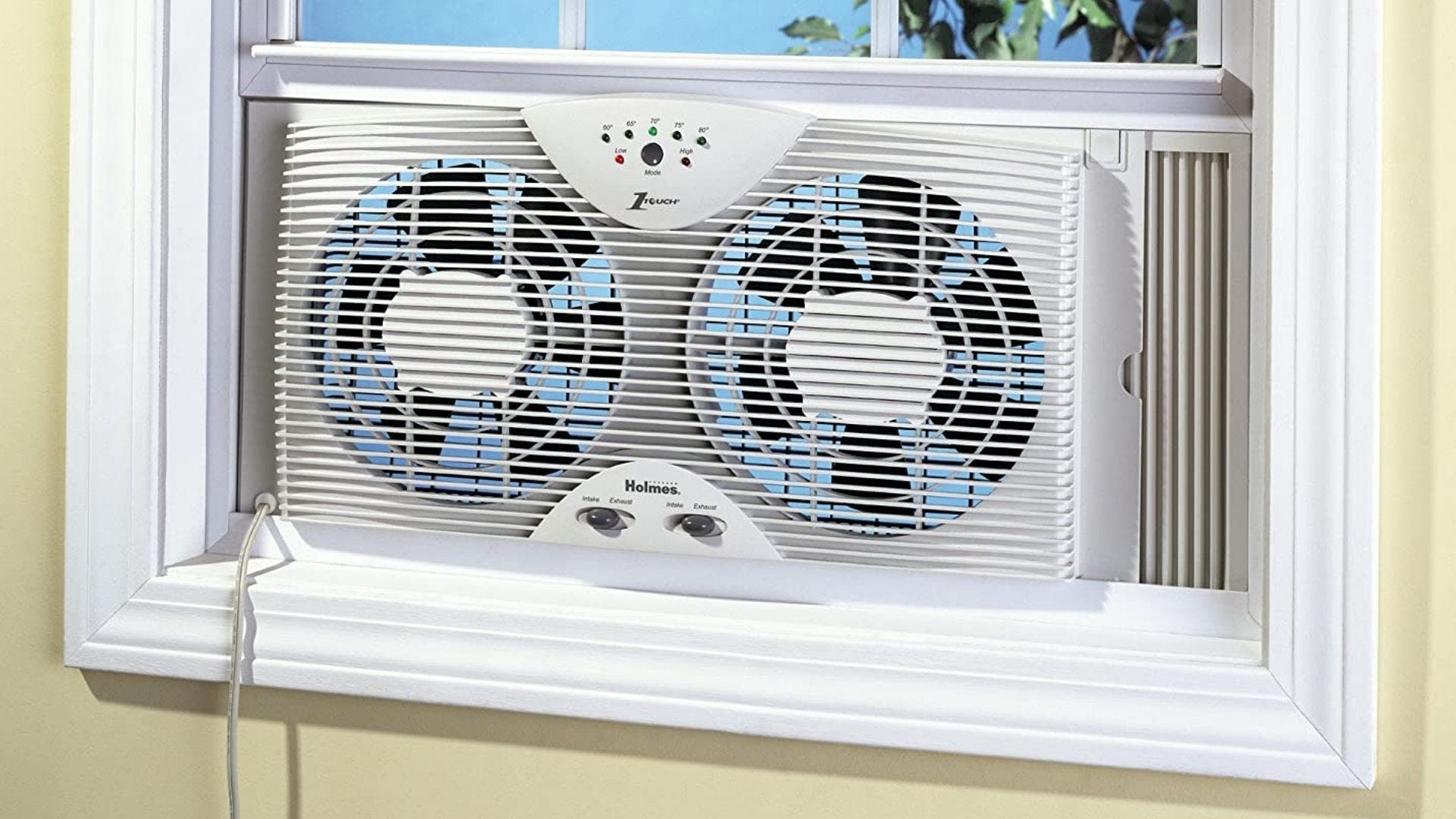 Оконный вентилятор сохраняет прохладу в доме в солнечный день.