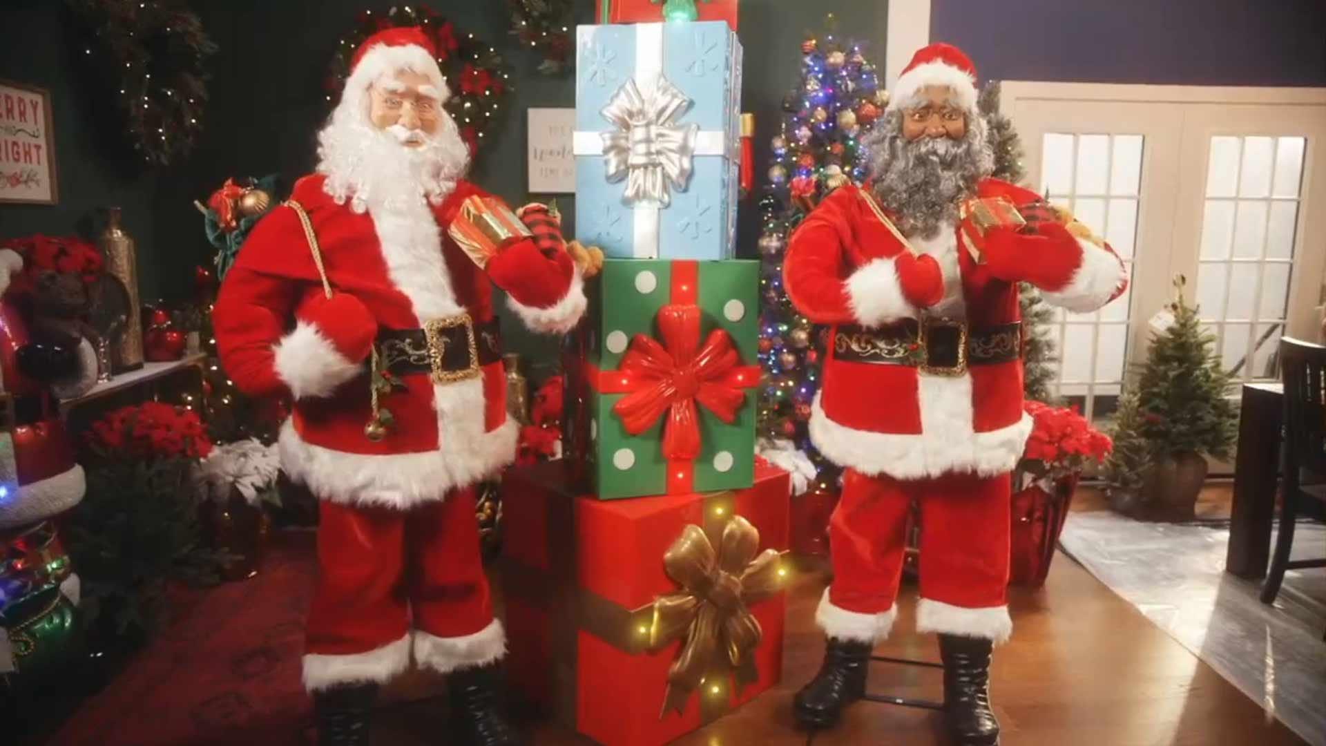 Праздничный зал, украшенный Дедами Морозами в натуральную величину.
