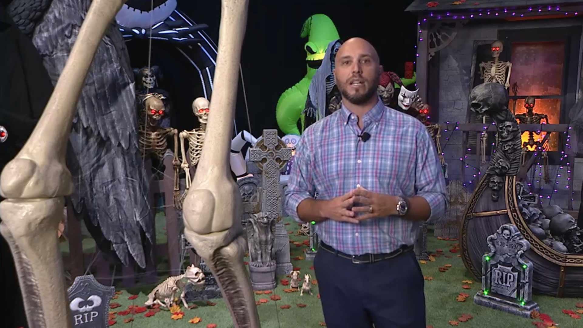 Мужчина стоит рядом с гигантским скелетом опоры.