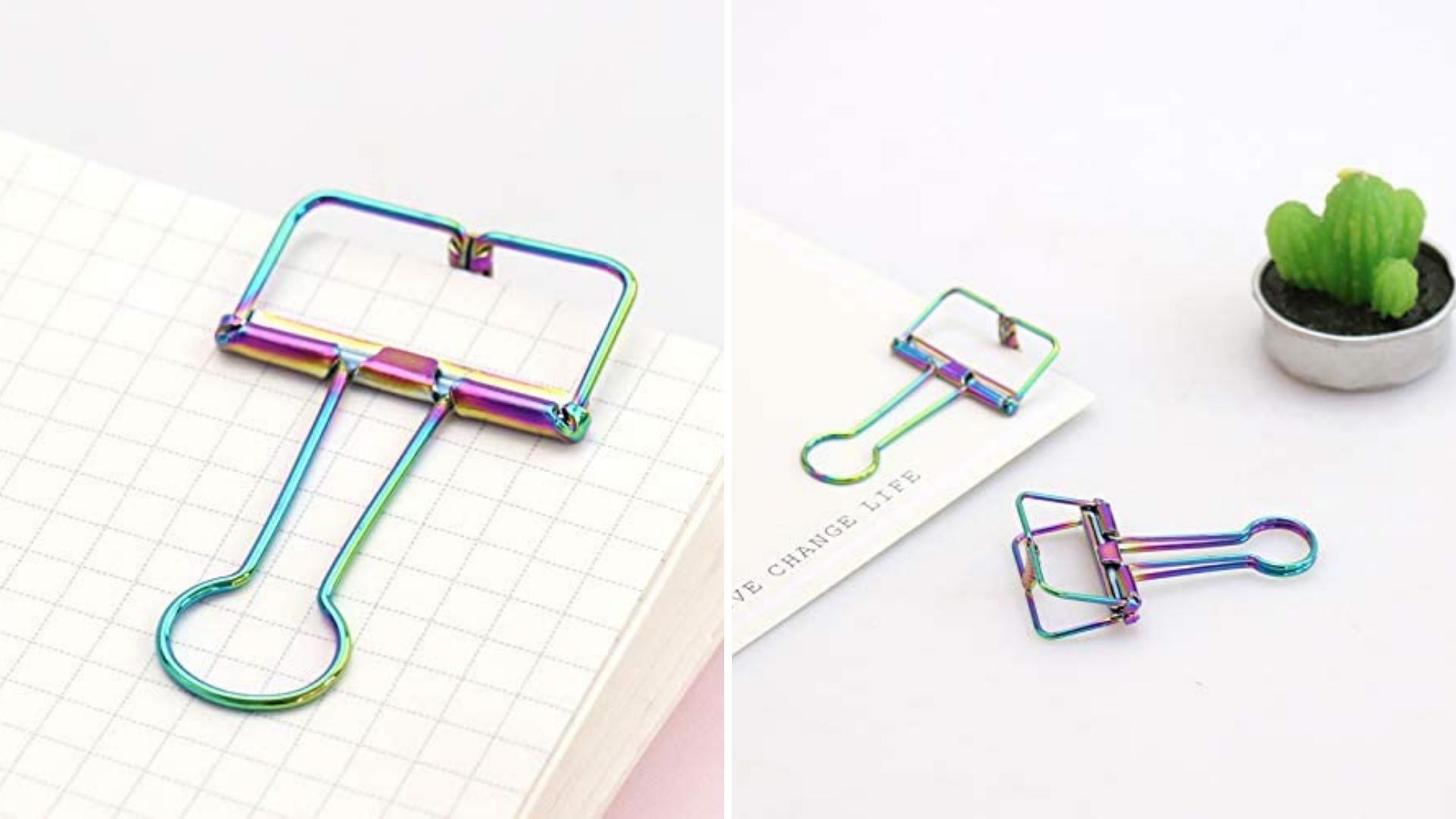 Des clips de gym holographiques retiennent les pages du cahier.