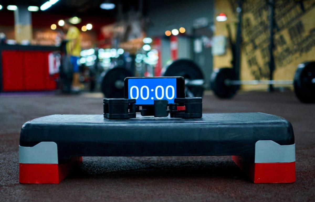 Timer set to 00:00 on a stepper platform in the gym