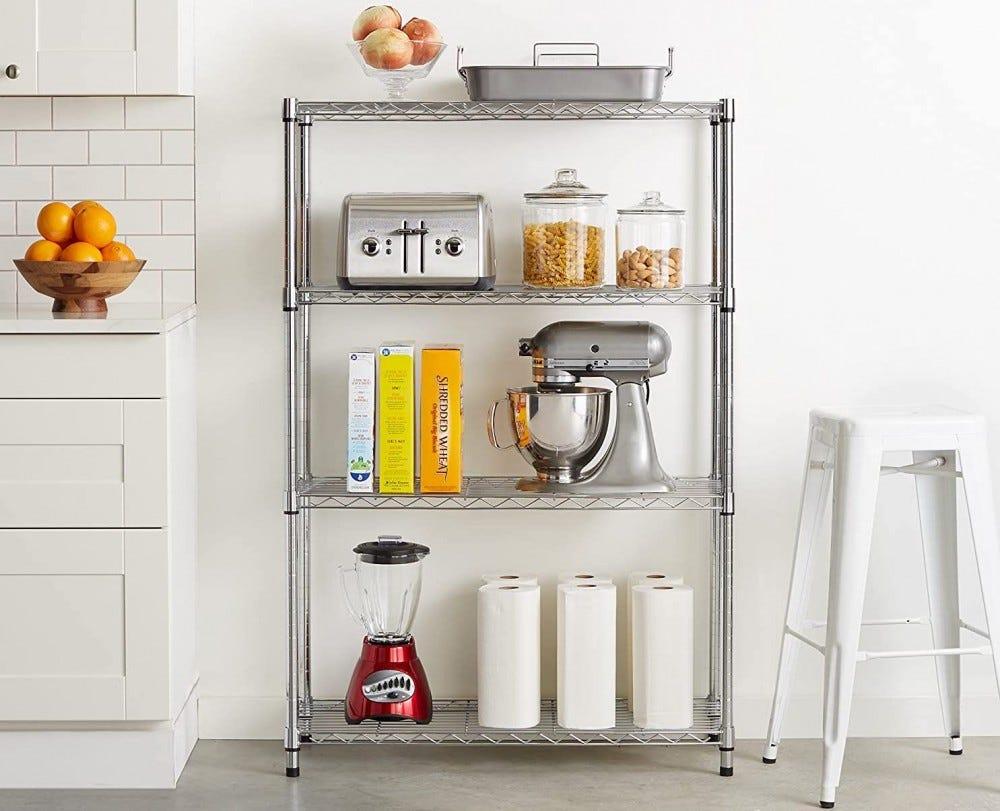 Ezüsthuzalos polcegység a konyhában, készülékeket, könyveket és ételtartókat tartva