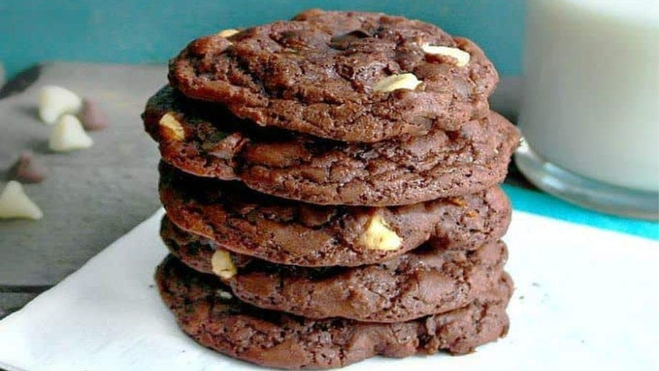 A stack of five Subway-style double chocolate chip cookies.