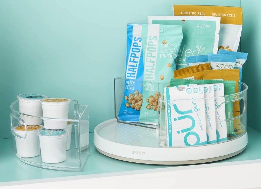 Tiszta műanyag lusta Susan lemezjátszó, tele snack csomagokkal