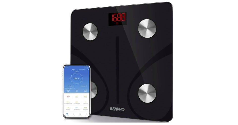 A Renpho intelligens mérleg a társalkalmazással egy telefonon.