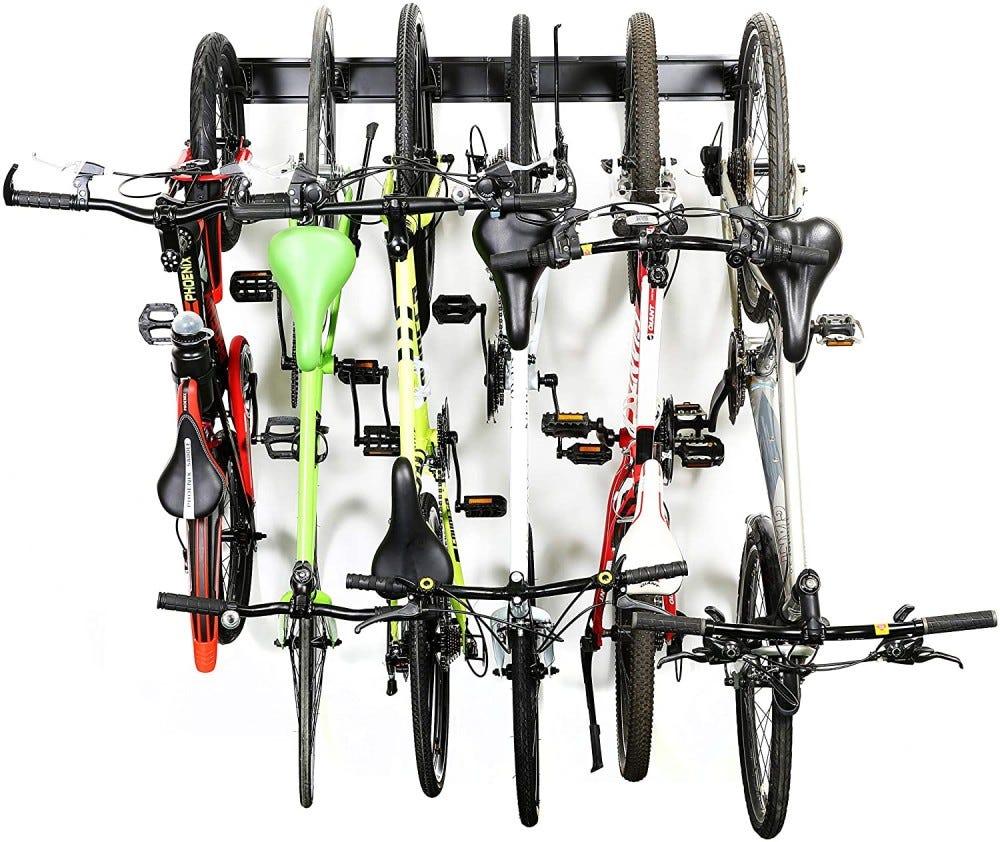 Függőleges kerékpártartó, amelyen hat kerékpár lóg
